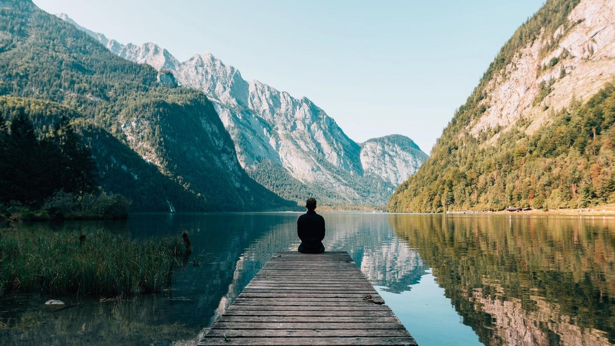 Stiller inn personen som ser mot innsjøen