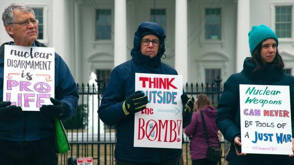 Illustrasjonsbilde av demonstranter imot atomvåpen tatt av Maria Oswalt fra Unsplash