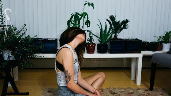 Kvinne sitter på gulvet i leiligheten sin