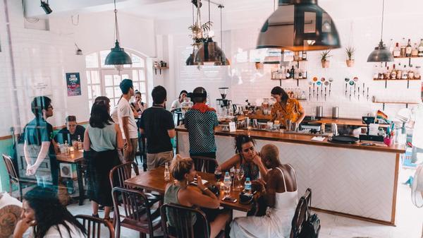 Bilde av en café fylt av mennesker