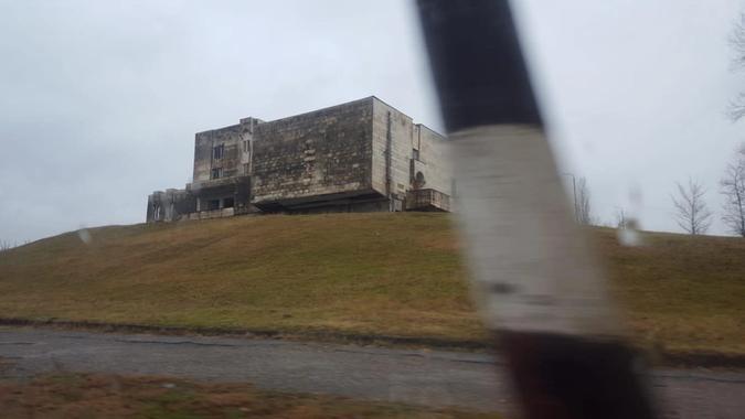 Gammelt sanatorium hvor internflyktninger fra Sør-Ossetia og Abkhasia bor i påvente av ferdigstillingen av de nye blokkene. Foto: Sturla Jensen