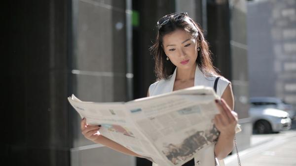 Illustrasjonsbilde av kvinne som leser avisen tatt av Andrea Piacquadio fra Pexels