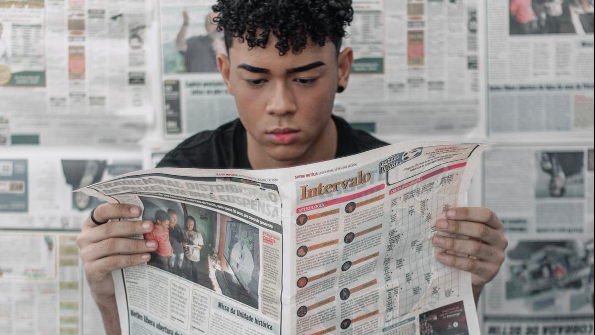 mann leser avisen