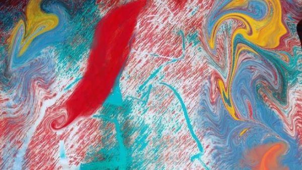 Bilde av abstrakt kunst med bruk av sterke farger som rødt, turkis,  gult og litt hvitt - det ser ut som det er en kvinne på bildet. Gjennom kunsten min har jeg skapt en fiktiv figur som jeg har kalt for Maja. Det er den rødhårede kvinnen som går igjen i de mange bildene mine.  Hun er en personifikasjon av de temaene som jeg presenterer gjennom siden min på instagram, og tar for seg noen aspekter som går igjen i det å ha en funksjonsnedsettelse. Bilde laget av Tina Lønnum som driver instagramkontoen @si_det_med_kunst