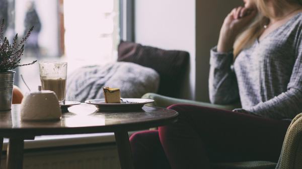 Illustrasjonsbilde av kvinne alene på kafe kikker ut av vinduet. Foto fra Freestocks
