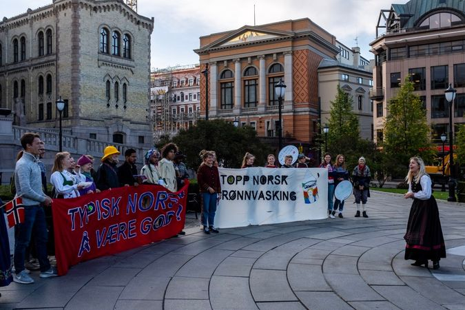 Folk protesterer ublu av Priliment buiding
