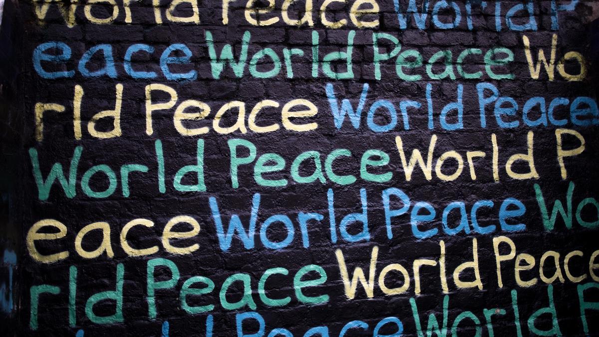 Ordet peace skrevet på en vegg