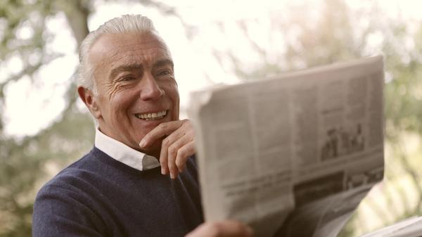 Illustrasjonsbilde av en eldre mann som leser avisen tatt a Bruce Mars fra Unsplash