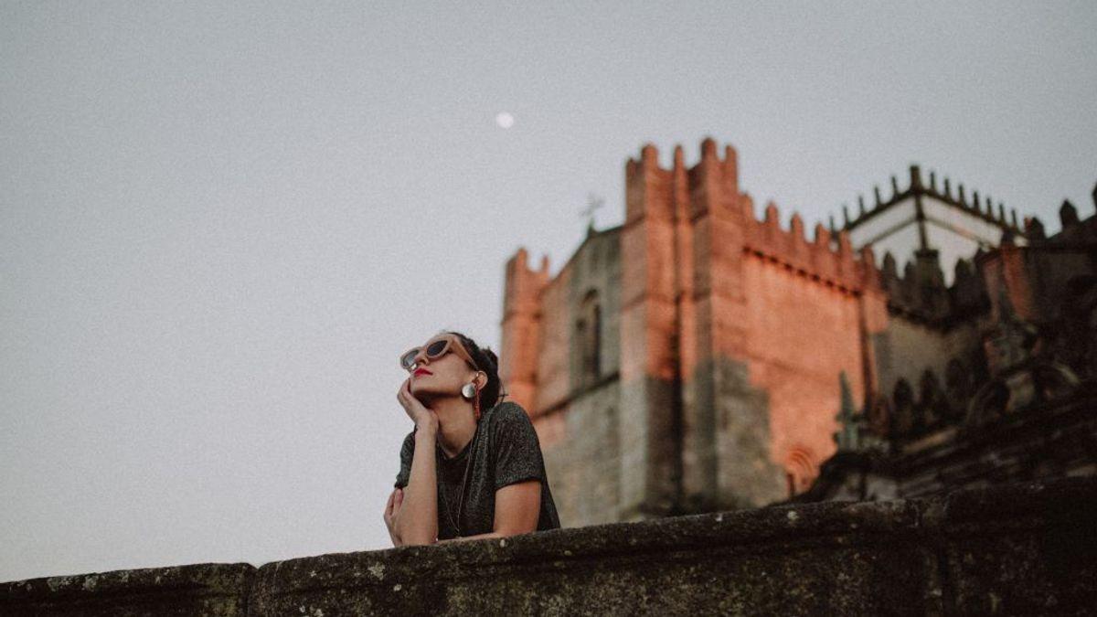 Jenta ser på himmelen