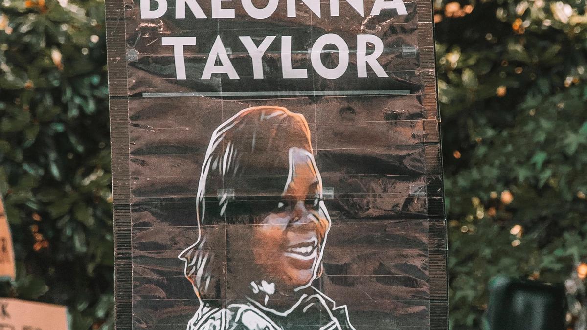 """Noen som holder plakat med skriften: """"Justice for Breonna Tyler"""""""