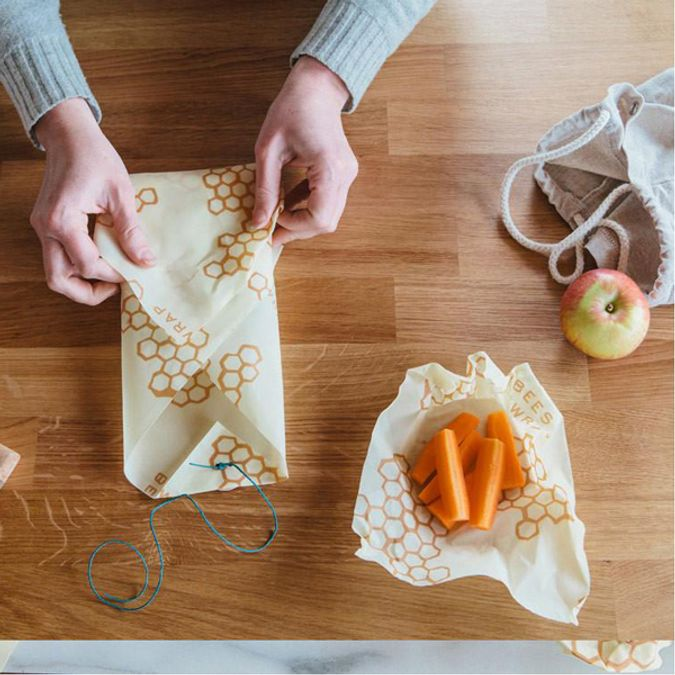 Foto av en person som pakker inn maten sin i beeswax papir