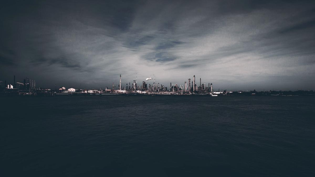 Illustrasjonsbilde av et industriområde i mørket. Illustrasjonsbilde tatt av Jackson Jost fra Unsplash