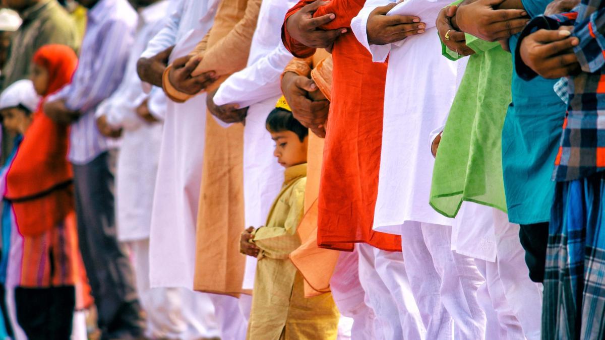Foto av mannlige indiske muslimer som står sammen på rekke