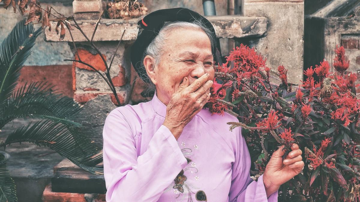 En eldre dame smiler