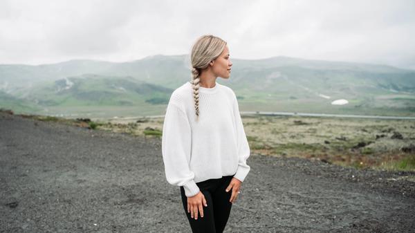 Kvinne ser utover naturen