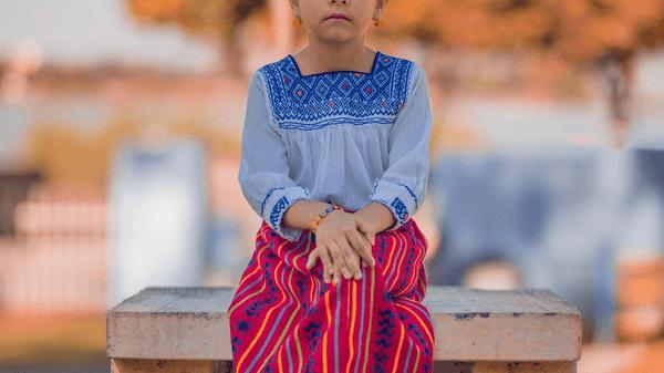 En jente som sitter i veggen