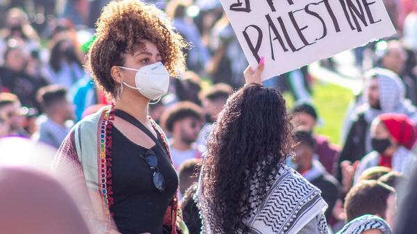 """Illustrasjonsbilde av demonstranter som holder opp plakat """" Free Palestine"""" tatt av Patrick Perkins fra Unsplash"""