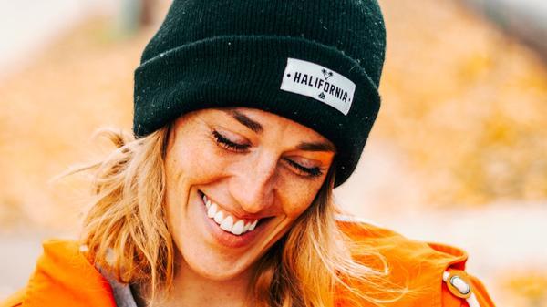 En kvinne smiler på høsten