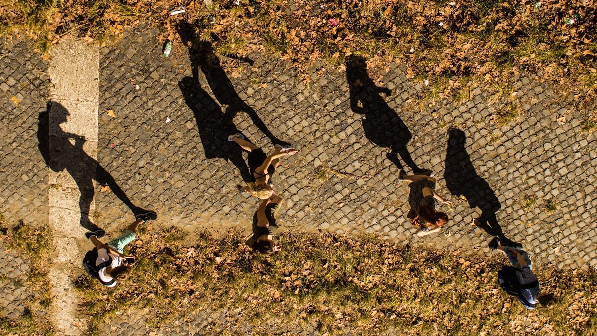 Foto av en gruppe unge mennesker som går ute