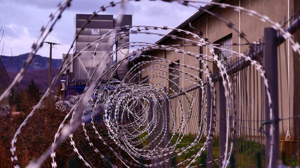 Illustrasjonsbilde av bygg med gitter utenfor tatt av Hédi Benyounes on Unsplash