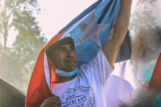mann holder chileanske flagget