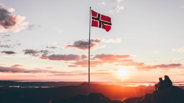 Norskeflagget på en fjelltopp