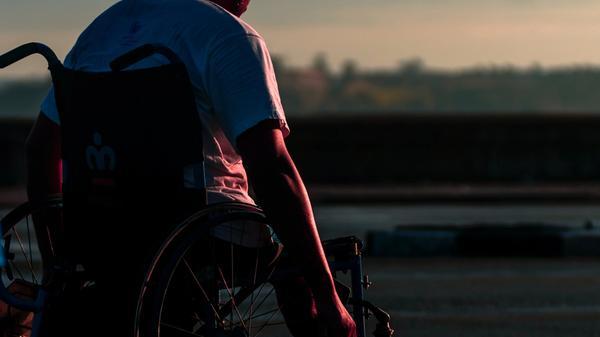 Mann som sitter i rullestol