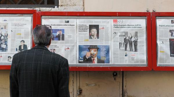 Mann leser nyhetene