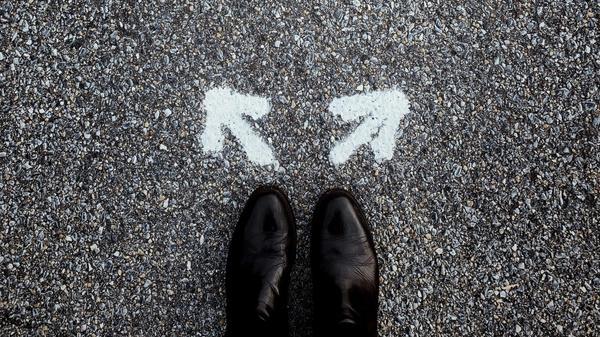 Bilde av en person med piler i hver sin retning fremfor seg