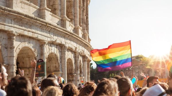 Folk er i stolthetsprotest