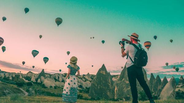 et par tar bilde fremfor luftballonger