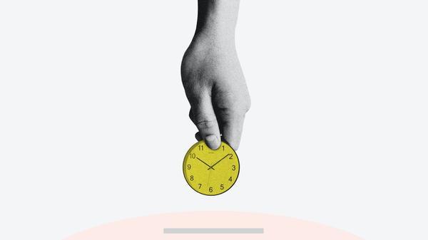 mann holder en klokke