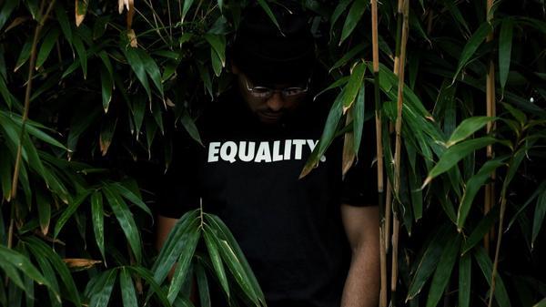 Person iført t-skjorte med likestillingstrykk