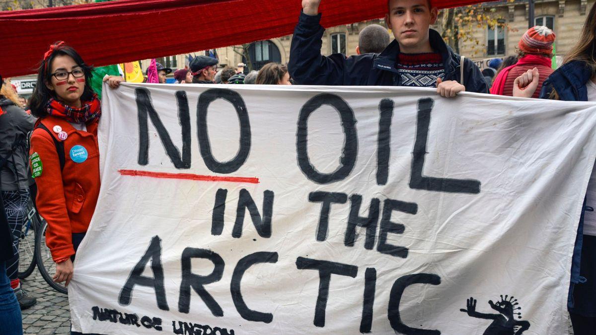 Demonstranter med banner