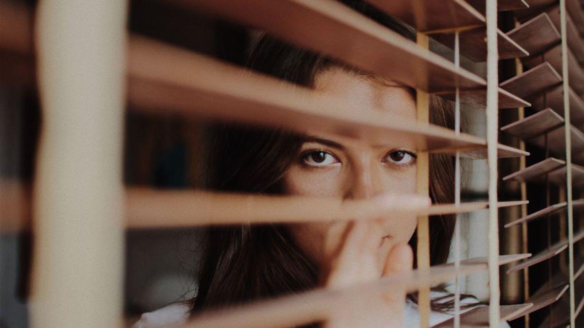 Person som ser ut fra vinduet