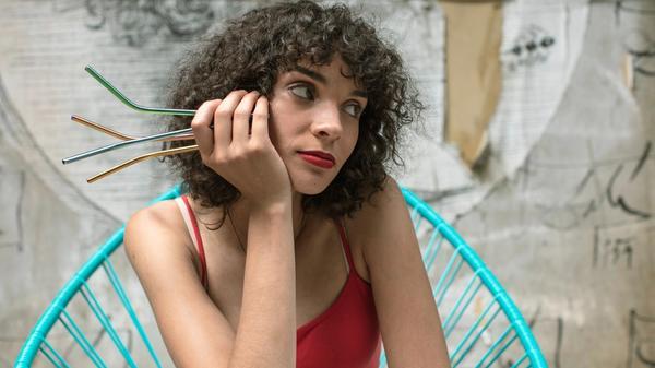 en kvinne holder stålsugerør