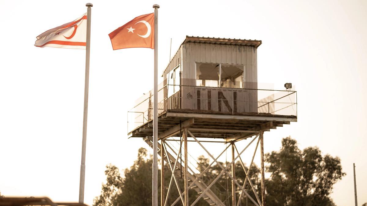 Watchtower in the buffer zone Cyprus fra Unsplash
