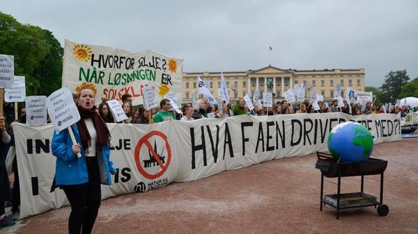Demonstranter demonstrerer foran parlamentsbygningen