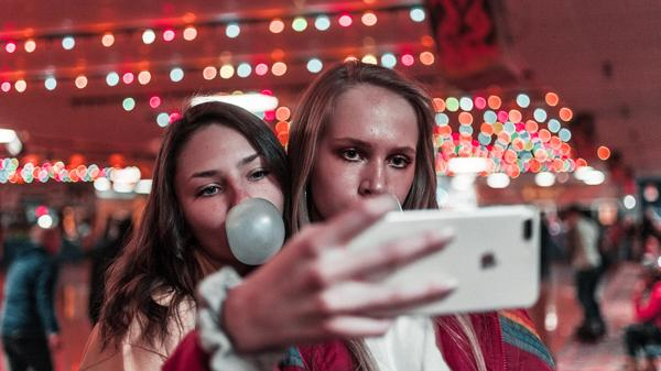 To jenter som tar en selfie. Illustrasjonsbilde av Ben Weber fra Unsplash