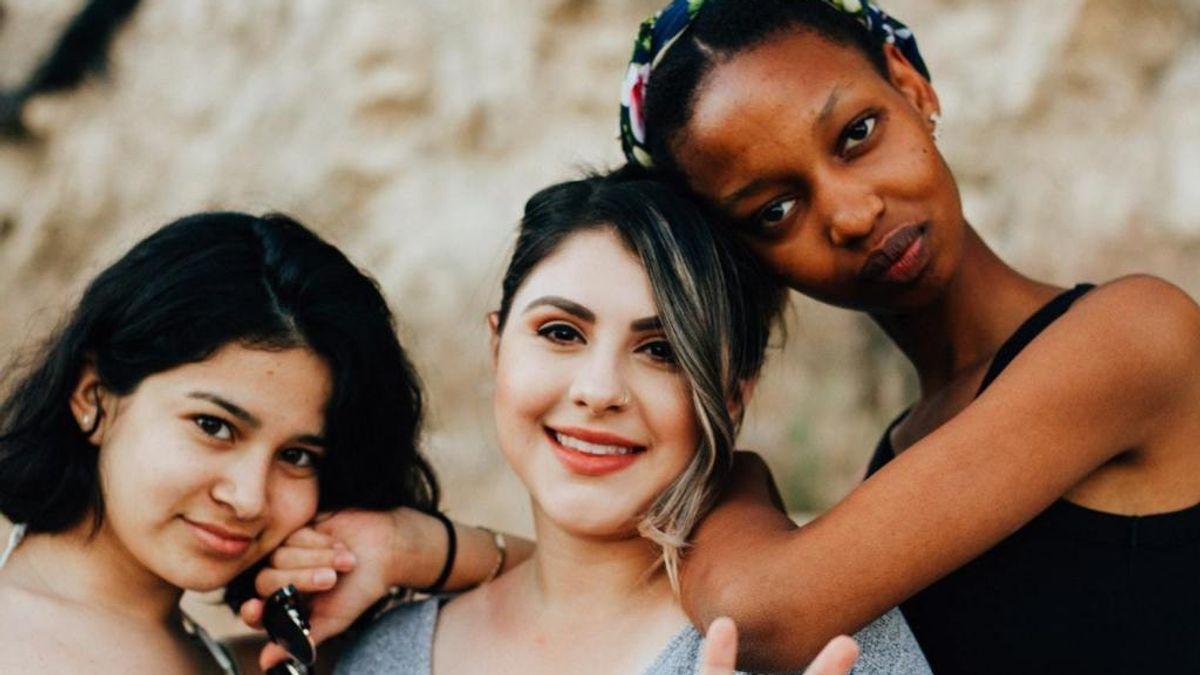 Tre jenter som ser ut som de er gode venner er på bildet.