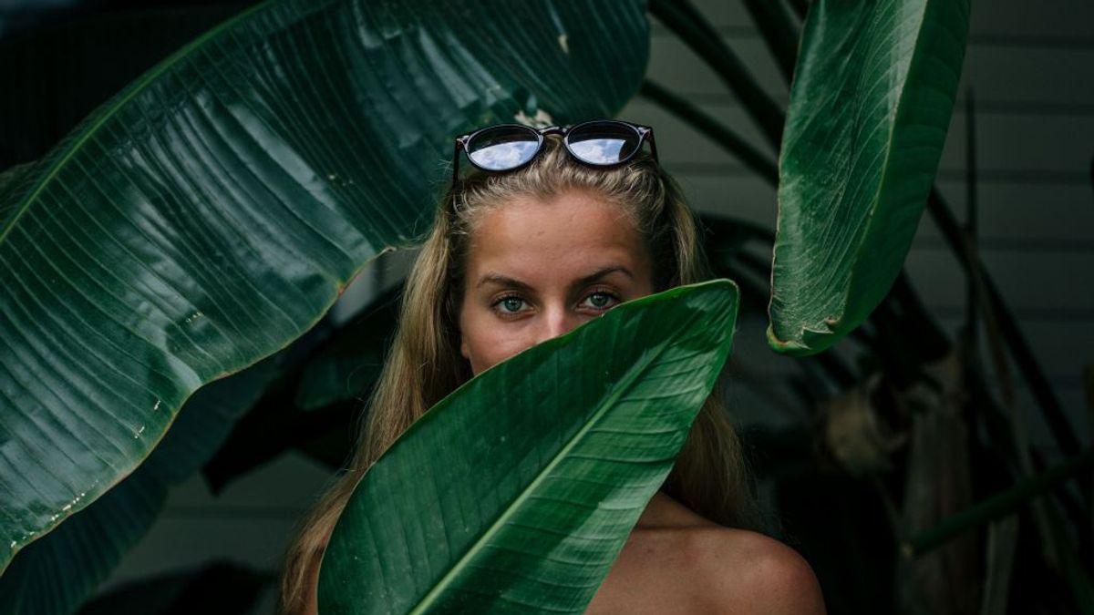 Kvinne som står med blad på hånden
