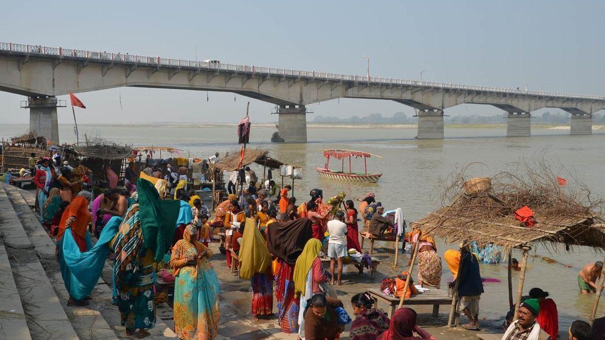 Ayodhya er et pilegrimssted ved den hellige elven Sarayu. Pilgrimer samles ved trappene (ghat) langs elvebredden for å ta rituelle bad. Foto: Knut A. Jacobsen