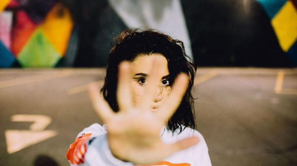 viser hånd for jente