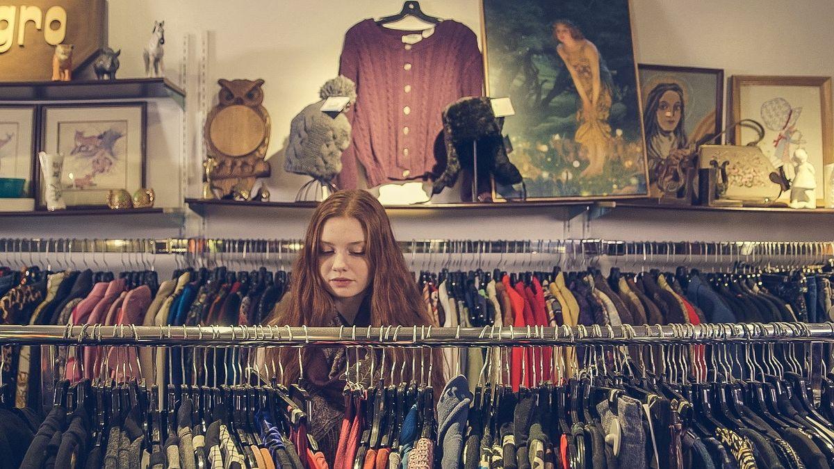 Foto av ung kvinne som ser på klær
