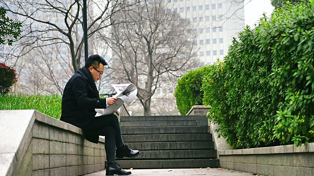 Illustrasjonsbilde av mann som leser avisen fra Pexels