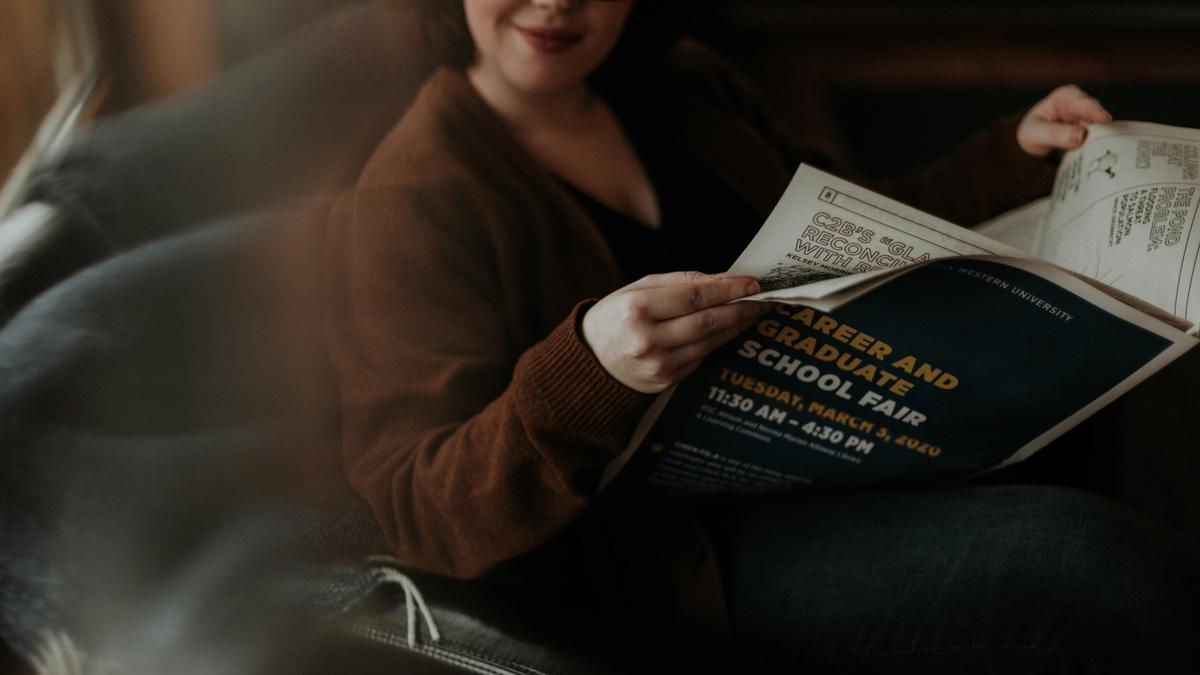 Kvinne leser nyhetene