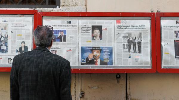 Illustrasjonsbilde av mann som står å ser på en vegg med aviser tatt av Filip Mishevski fra Unsplash
