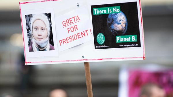 bilde av demonstranter med et greta thunberg skilt