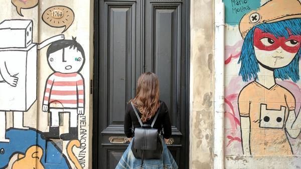 Kvinne står fremfor en lukket dør