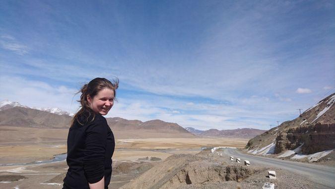 Maria i Pamirfjellene i Tadsjikistan. Bilde tatt av Carly Jean Seedall.
